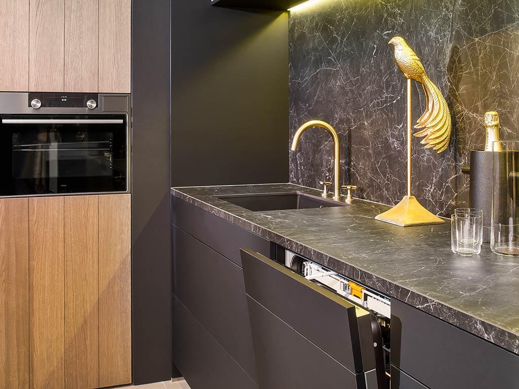 Zwarte En Gekleurde Kranen En Spoelbakken Voor Een Stijlvolle Keuken